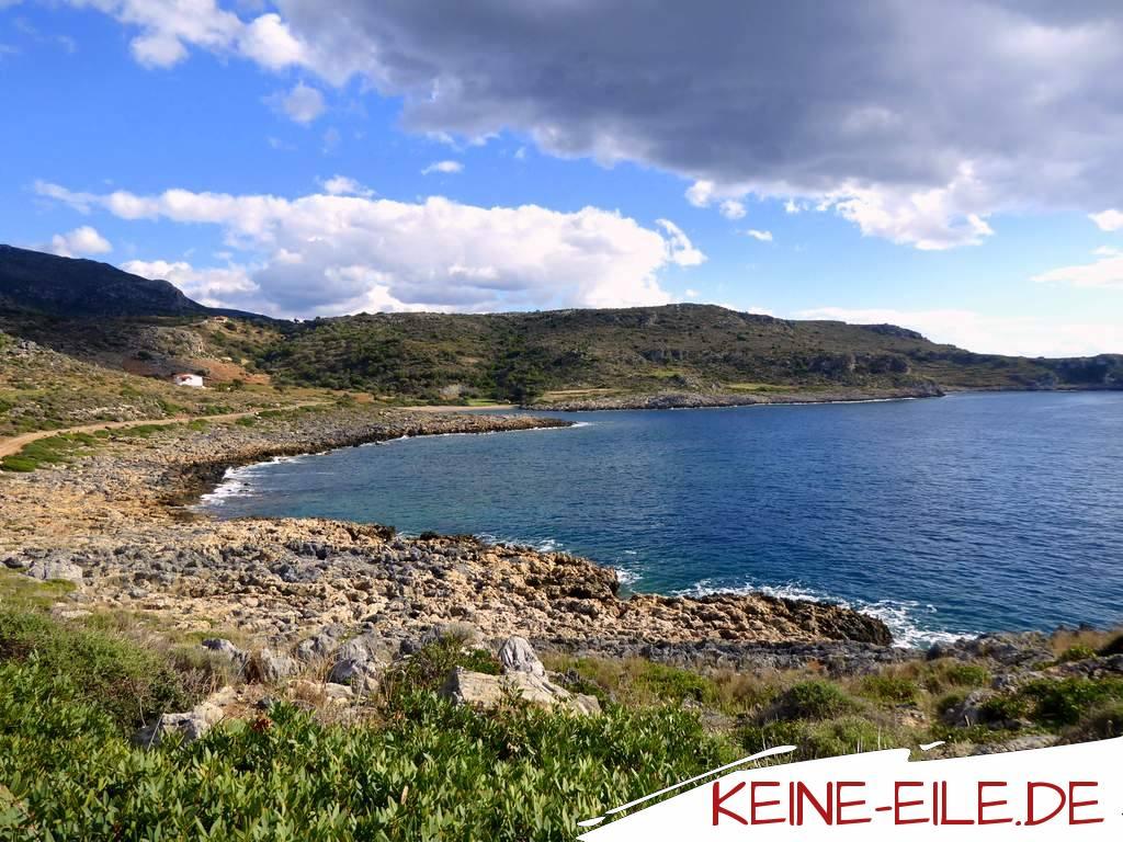 In einer von Felsen und Bergen heimelig eingerahmten Bucht parken wir ein paar Tage