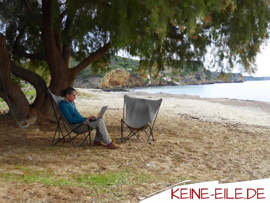 Tigania Beach: Im Schatten des Baumes lässt es sich auch prima arbeiten.
