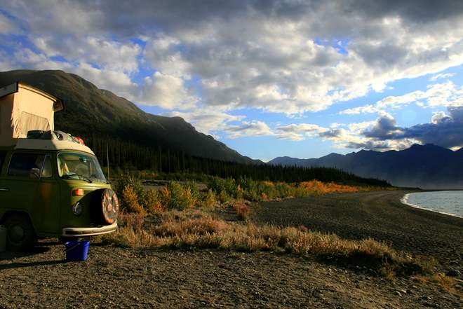 Der VW Bulli T2 am Kluane Lake in Kanada