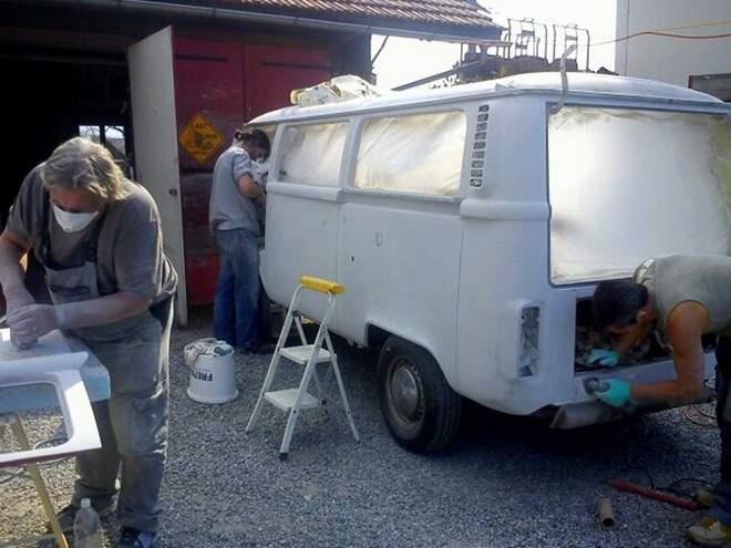 Die ganze Familie hilft mit beim Restaurieren des VW Bulli T2
