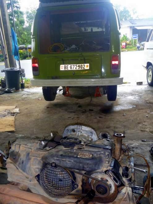 VW Bulli T2 in der Werkstatt, Thailand