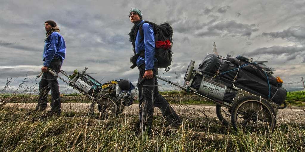 Weltreise ohne Geld: Heiko und Franz mit ihren Pilgerwägen
