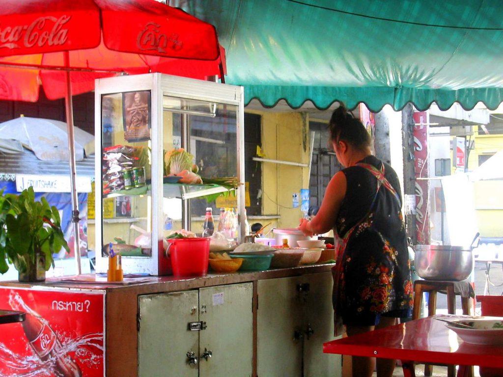 Mit dem Rad durch Thailand: Straßenrestaurant in Bangkoka