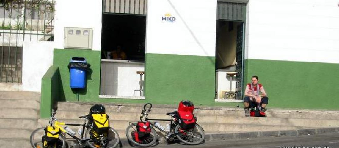 Radreise Teneriffa: In Arico warten wir darauf, dass der Supermarkt endlich öffnet