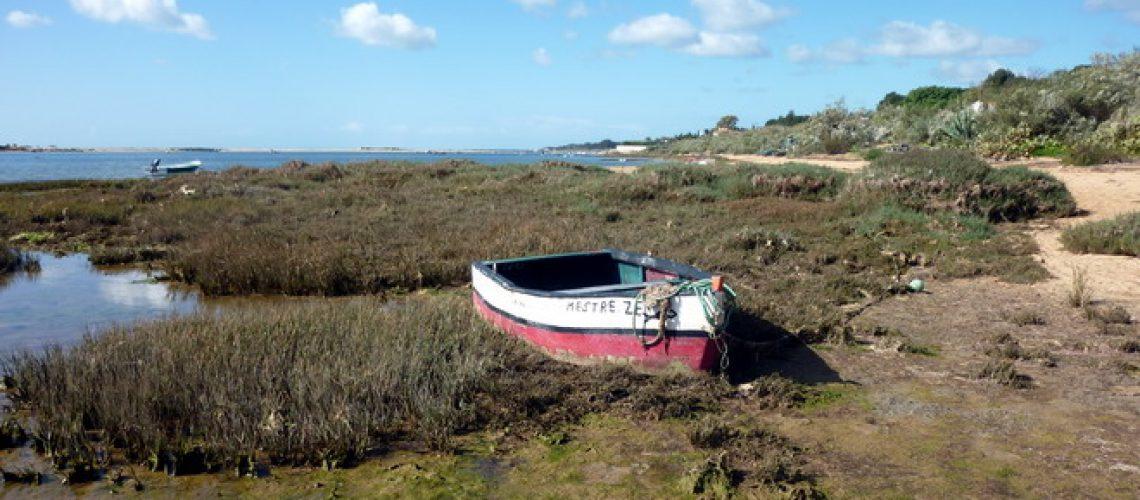Ein Boot liegt in der Lagune, Cacela Velha, Algarve, Portugal