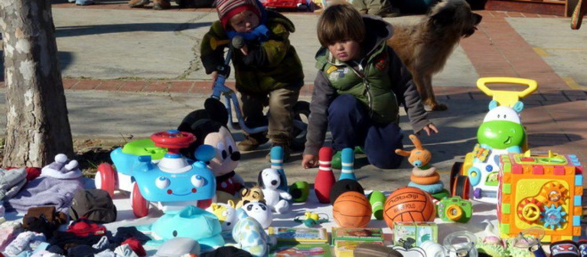 Spielzeugstand auf dem Flohmarkt in Barao de Sao Joao, Algarve, Portugal